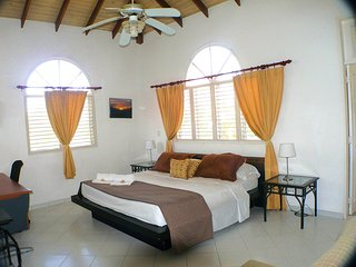 Great Junior-Suite (Master Bedroom) w. private bath +tub in Colonial Style Villa