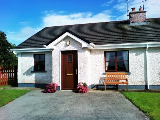 WILD ATLANTIC WAY. cosy two bedroom bungalow, sleeps 4 guests