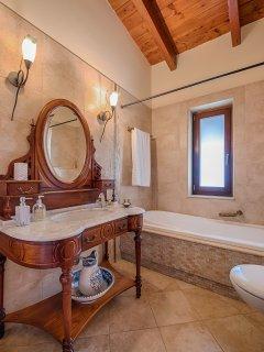 Vintage bathroom upstairs - Villa Russelia in Rhodes