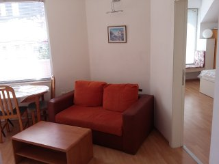Bright 1 Bedroom Apartment. Great location. Free Parking on site