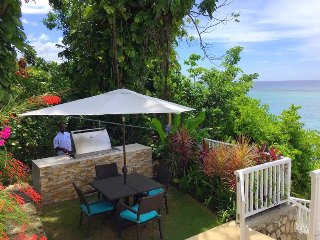 WATERFRONT! CHEF! STAFF! FAMILY FRIENDLY! POOL! KAYAKS! Scotch on the Rocks 5BR
