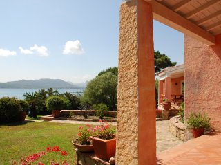 Villa Melograno-Cannigione, surrounded by well-tended garden, access to the sea