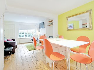 Sunny Cottage - Super Central Cottage Sleeps 6 to 8 with Free wifi