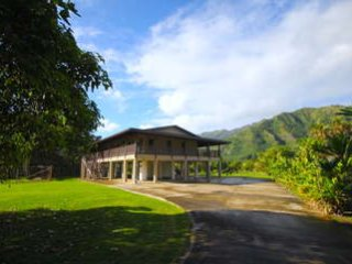 Punaluu Getaway - Spacious yard with mountain views beach just across the street