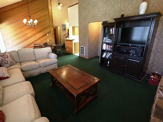 Cozy Yet Spacious Condo, Just A Short Walk To Canyon Lodge!