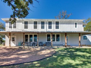 Historic but completely updated and dog-friendly farmhouse - close to wineries!