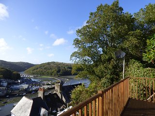 6 THE HILLOCKS, Freesat TV, views of harbour, close to beach, Ref 962820