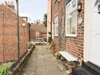 1 HORNERS TERRACE, views of harbour, WIFI, 2 minute walk to pub, in Whitby, Ref.