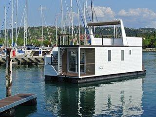 Mit ADRIA Floating House CoCo Natur im  Whirlpool auf dem Sonnendeck geniessen!