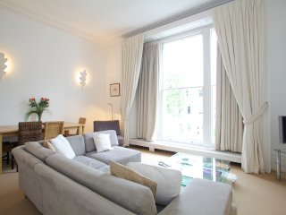 Wonderfully located 1 bedroom flat in beautiful Palace Gardens Terrace