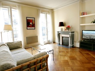 Lovely large 1 BR with balcony in Le Marais