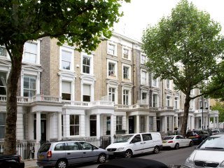 Traditionally decorated 1 bedroom flat off High Street Kensington