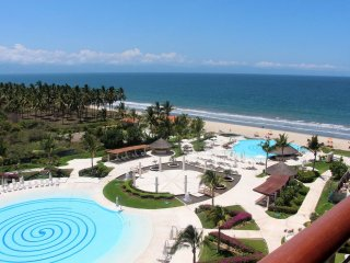 Condo with gorgeous views, common pool ,AC, grill, bars by the pool, beach front