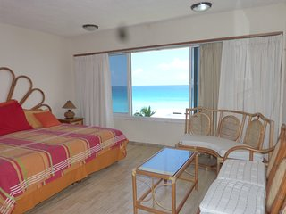 STUNNING TURQUOISE OCEAN VIEW, BIG POOL AND PALAPA /2 BR/ SLEEPS 6/ FULL KITCHEN