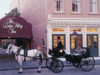 Loge Alley Inn Steps to Market