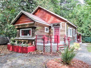 2BR Puget Sound Cabin w/Hot Tub and Hiking Trails