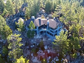Stunning lake views!! Gated & secluded luxury villa w/lots of amenities/parking