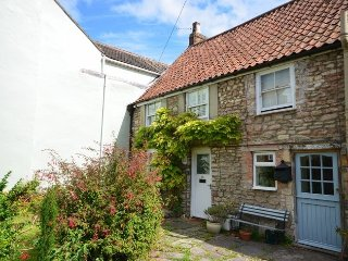 Spacious cottage sleeps 5, garden, woodburner, central Wells