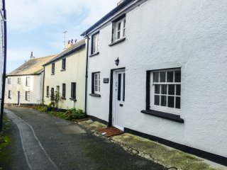 COMFREY COTTAGE, enclosed garden, charming location, pet friendly, in Bude, Ref.