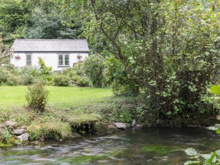 LITTLE PANDY COTTAGE, open plan, all ground floor, beautiful garden, in Denbigh,