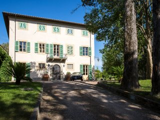 This traditional villa with swimming pool in the Pisa countryside is perfect for