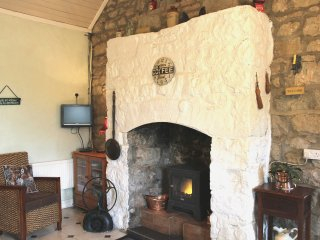 Cosy authentic Irish cottage 20 minutes from Limerick. Parking, Wifi. Sleeps 4