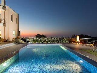 Villa Victoria - Total privacy, Pool & Hot Tub, Located Next to Rethymno City!