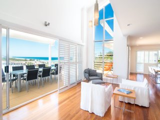 The White House - Central Coolum with Ocean Views, WiFi and Foxtel