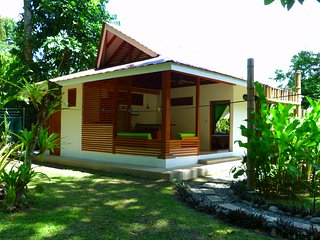 TROPY BUNGALOW. Tropical garden oasis near the sea