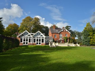 Glenmore Manor - luxury Victorian house with heated swimming pool : sleeps 18