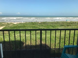 Oceanfront Studio- Private balcony, pool, hot tub, WiFi, indoor parking