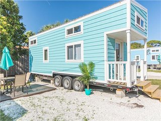 Tiny House Siesta - Tiny Aqua Oasis- Tiny House that sleeps 6 comfortably