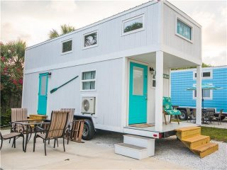 Tiny House Siesta - Sand Dollar – A private master loft and open living space