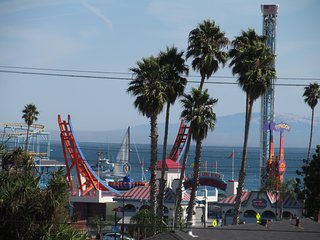 Walk to the Beach Boardwalk & Downtown Santa Cruz