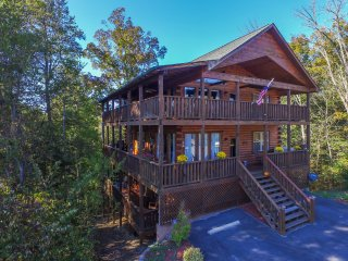 Eagles Haven--5BR 5bath luxury cabin-sleeps 24, theater room, hot tub, game room