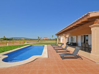 SPACIOUS AND FRESH, WITH POOL AND PRIVATE GARDEN