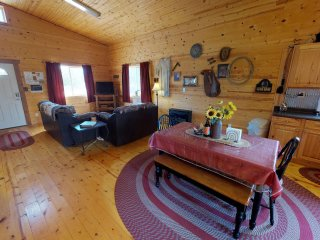 Adorable Western Cabin with BBQ, Kitchen, Campfire, Views at Canyonlandslodging