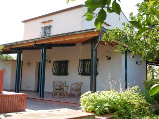 Villa Culotta, immersa tra gli alberi di arance, limoni e frutta.