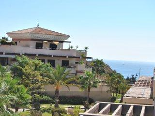 Apartamento amplio soleado con vistas al mar,  residencial  con piscina y playa