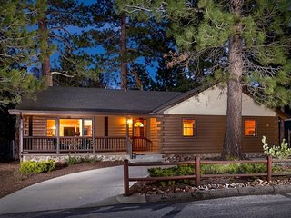 SWEET RETREAT 2017 REMODELED LOG CABIN. NEW FURNISHINGS AND FRESH BAKED COOKIES.