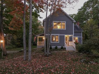 Family getaway w/prime location, jetted tub - walk to Goose Rocks Beach!