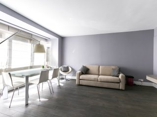 Well-furnished 1bdr in the Golden Triangle of Fashion