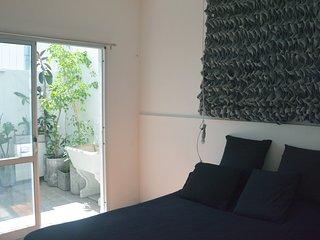Centrica y equipada habitacion privada con patio. Cocina y bano compartidos