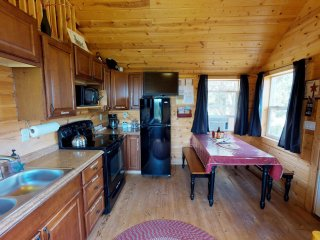 White Pine Cozy Secluded Cabin, Stunning Views by Canyonlandslodging