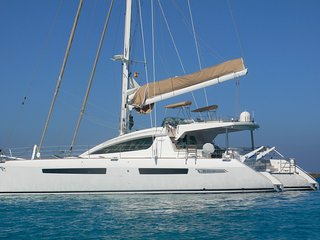 Vacaciones familiares a bordo de un exclusivo catamarán con tripulación