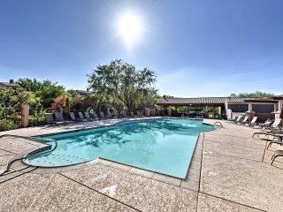 Phoenix Townhome w/Patio&Pool Access-Walk to Shops