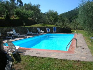 Casa i Gigli for 5 people, 3 bedrooms. Private pool, pergola, garden. Lucca
