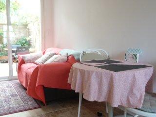 Un studio citadin: indépendant et fonctionnel, dans le calme agréable du jardin