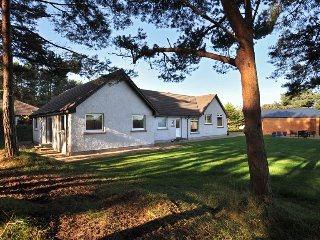 Findhorn holiday house, Wi-fi, wood burning stove, luxury bathroom, large garden