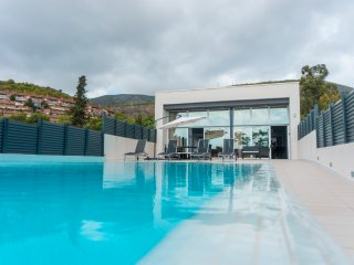 LUXURIOUS VILLA .OVERFLOWING SWIMMING 100M  FROM  BEACH. CASTELLDEFELS-SITGES